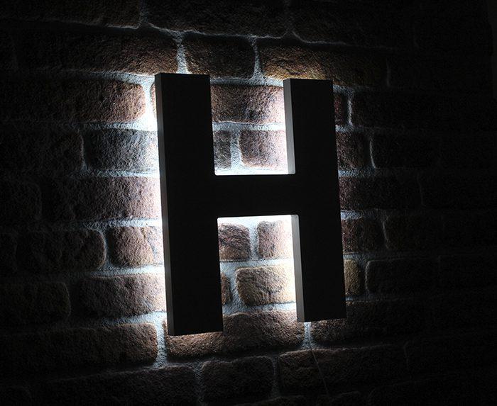 letters met verlichting naar achteren